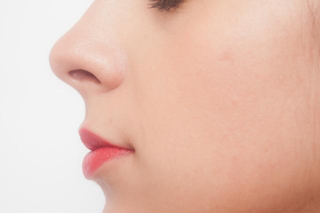 慢性的な寝不足につながる可能性も!?花粉や風邪だけではない鼻づまりの原因とは