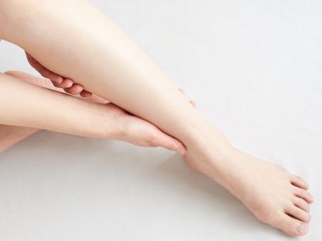 睡眠中の姿勢が身体の不調を解決する!?足のむくみ解消方法とは?