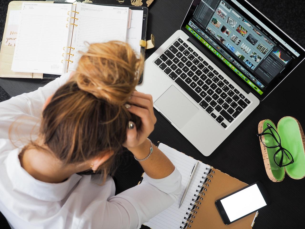寝不足や寝すぎが片頭痛を引き起こす!?原因と対処法、予防法について解説
