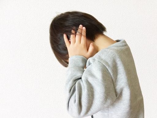 横向き寝は耳に負荷が大きく、痛みを放っておくとめまいや耳鳴りの原因になることも。 その原因と改善方法をご紹介!