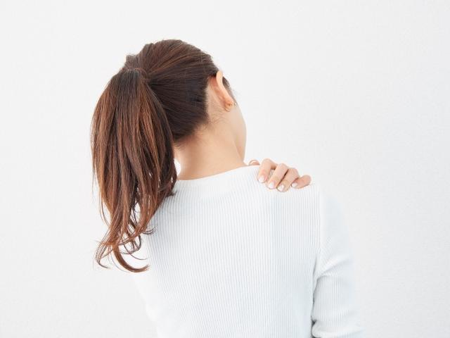 枕で改善!?つらい肩こりの原因と解消法とは?
